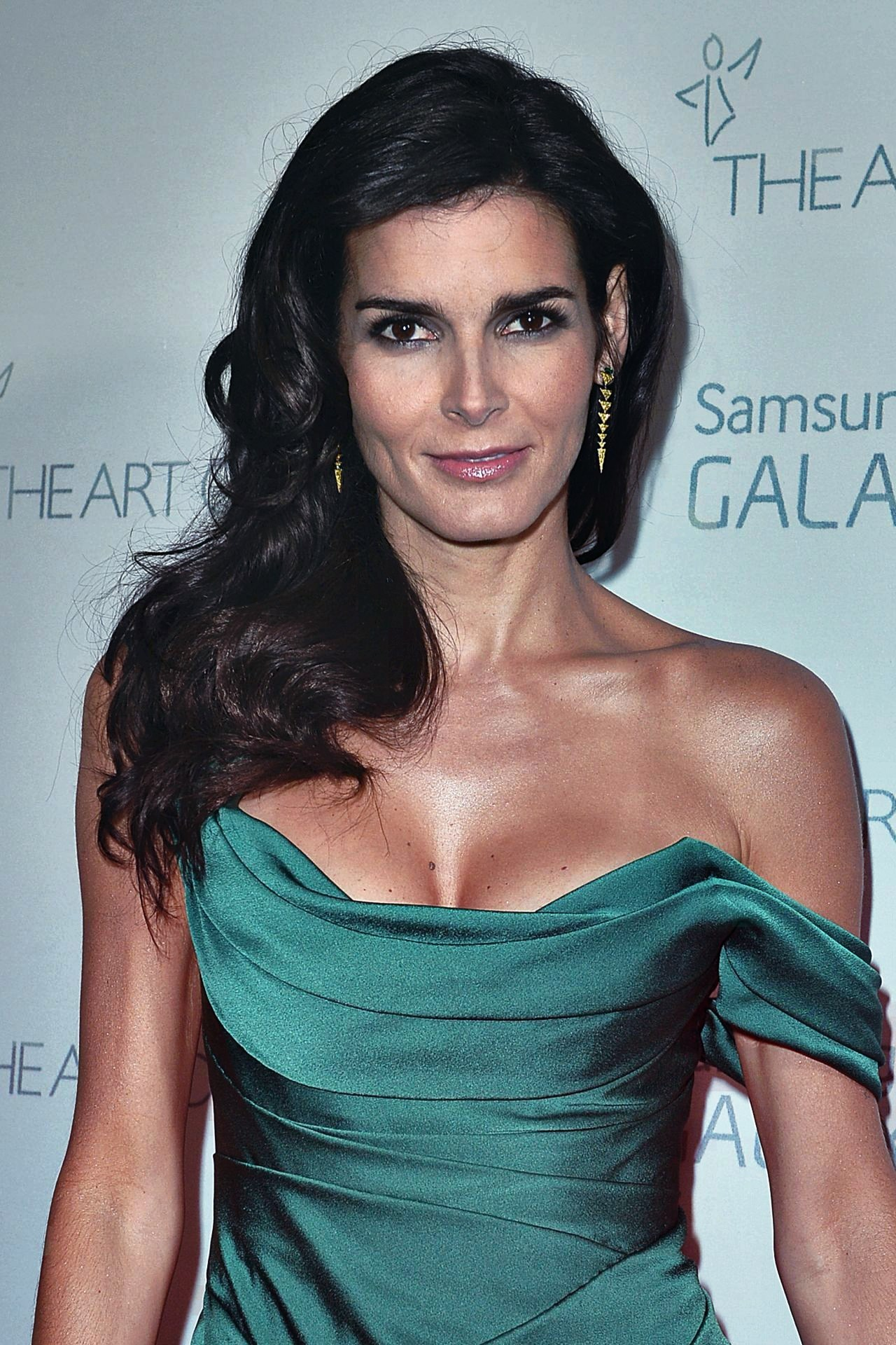 Angie Harmon   Known people - famous people news and ...